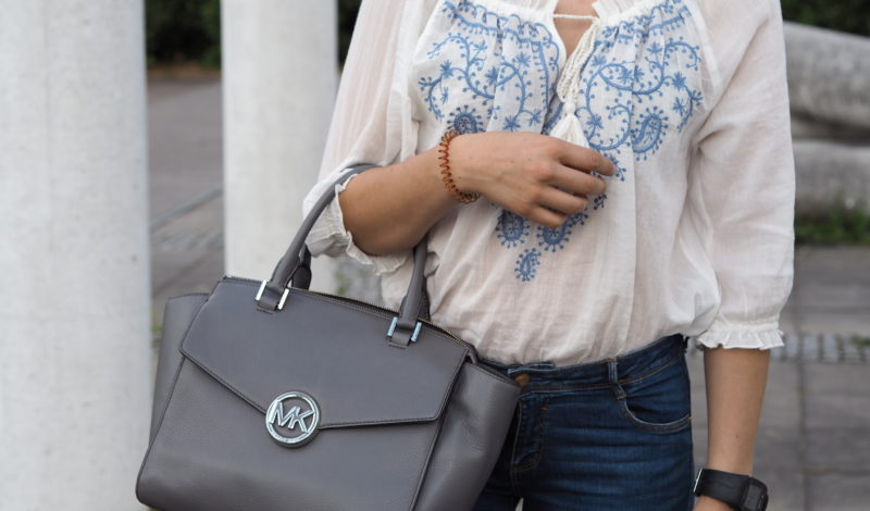 OUTFIT: WEIßE SOMMERBLUSE MIT JEANS UND MICHAEL KORS